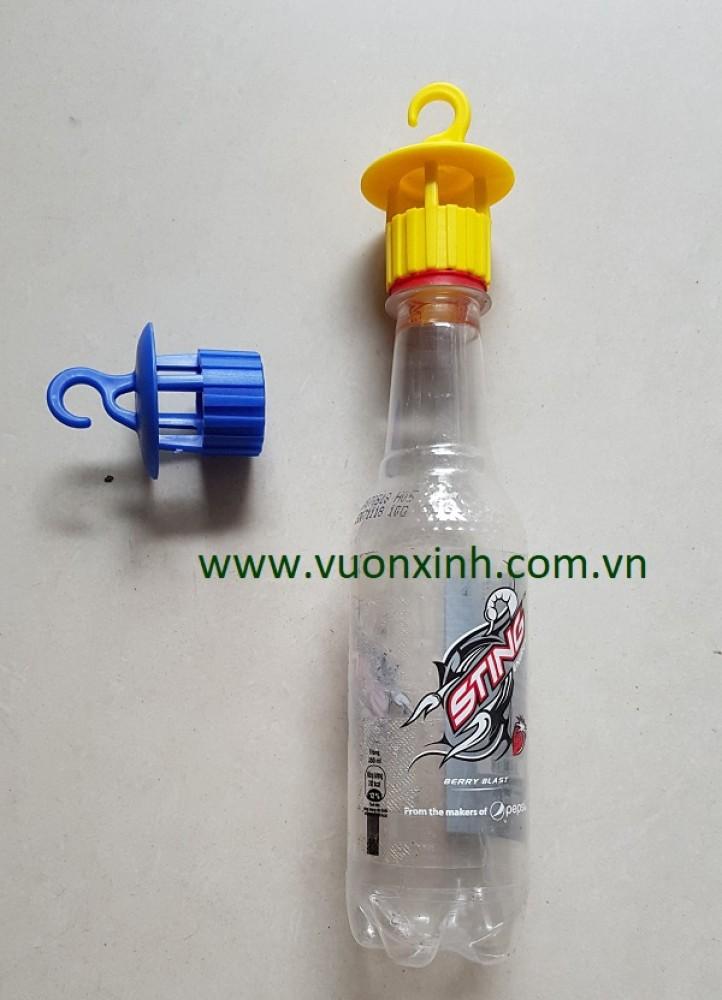 Nắp chai có móc treo để bẫy côn trùng